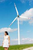 счастливый подросток девушка рядом с ветровой турбины. — Стоковое фото