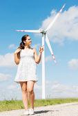 Adolescente feliz al lado de la turbina de viento. — Foto de Stock