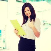Piękna kobieta uśmiechający się — Zdjęcie stockowe