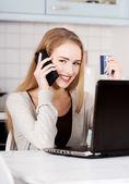 Donna parlando tramite telefono — Foto Stock
