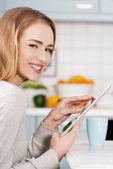 Beautiful caucasian woman holding tablet. — Stock Photo