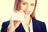 Žena hospodářství malé osobní karta. — Stock fotografie