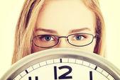 Reloj de explotación comercial mujer. — Foto de Stock