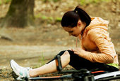Wounded woman was falled off bicyle — Stock Photo
