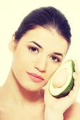 アボカドと美しい梨花の顔 — ストック写真