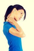 Jonge vrouw met hand op haar hals. — Stockfoto