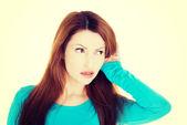 Förvånad kvinna försöker lyssna en skvaller. — Stockfoto