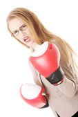 Mujer de negocios con guantes de boxeo. — Foto de Stock