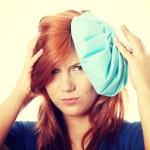 mujer con bolsa de hielo para los dolores de cabeza — Foto de Stock