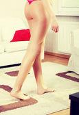 Gambe camminando sul tappeto — Foto Stock