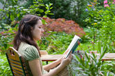 чтение молодая женщина — Стоковое фото