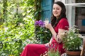 Mujer joven en un patio — Foto de Stock