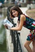 有一本书的漂亮女孩 — 图库照片