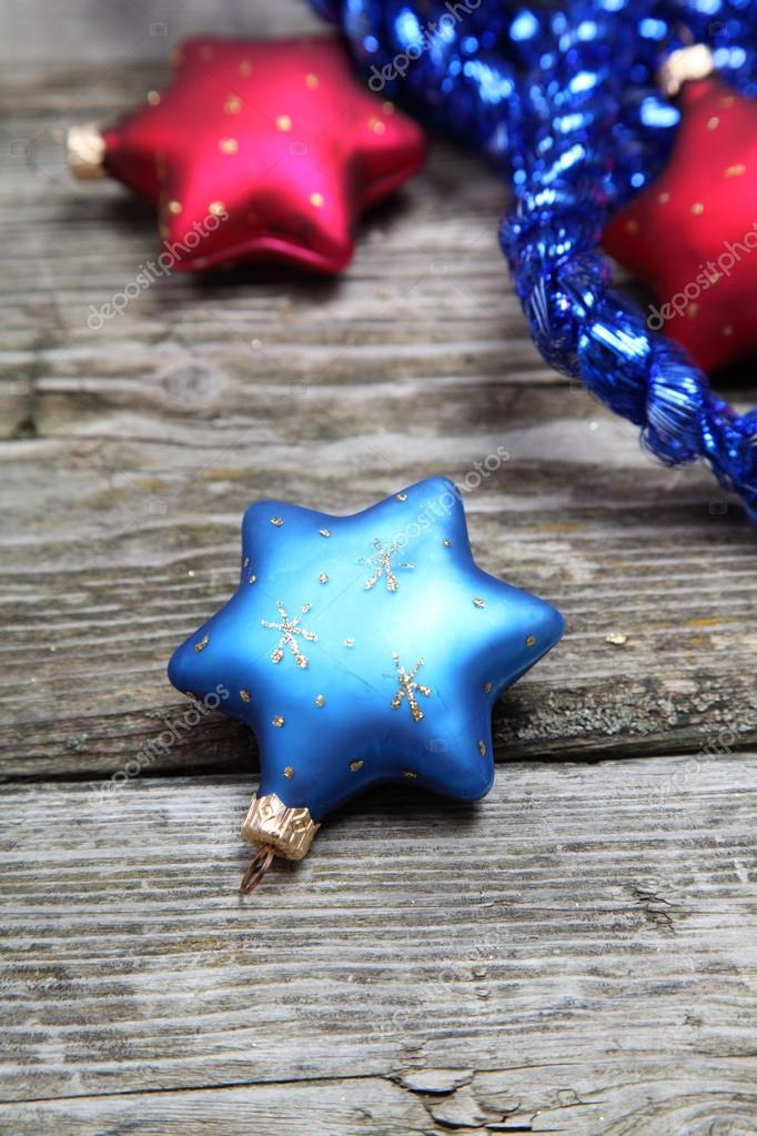 Christmas decorations. Stars and garland on a wooden background — Stock Photo #13954406