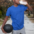 adolescent avec le basket-ball — Photo