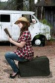 Mujer leyendo en maleta — Foto de Stock