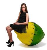 Femme et cousu citron et citron vert — Photo