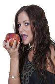 Kvinna äta ett äpple — Stockfoto