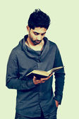 Homme lisant un livre — Photo