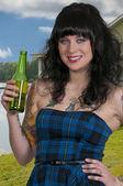 žena pije pivo — Stock fotografie