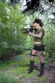 Femme au fusil d'assaut — Photo