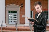 Hombre leyendo un libro — Foto de Stock