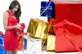 Güzel bir kadın tutarak hediye — Stok fotoğraf