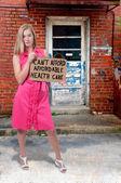 Kvinna med ett tomt tecken — Stockfoto