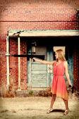 Vrouw met Aanvalsgeweer en pistool — Stockfoto