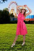 Kvinnan bär hatt — Stockfoto