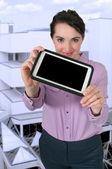 Mujer usando la tableta — Foto de Stock