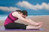 Frau tun yoga — Stockfoto