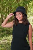 Vestindo chapéu de mulher — Fotografia Stock