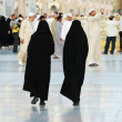 Two Muslim women walking — Stockfoto