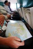 Voyager et en regardant la carte à l'intérieur de l'avion — Photo