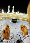 Muslim praying at Mekkah with hands up — Стоковое фото