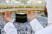 Muslim praying at Mekkah with hands up — Stockfoto