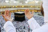 Muslime beten in mekkah mit händen — Stockfoto