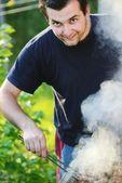 Vlammen grillen een biefstuk van de bbq — Stockfoto