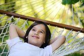 在美丽的夏日躺在吊床上多可爱的孩子 — 图库照片