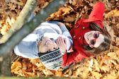 портрет любовь пара охватывает открытый в осенний парк — Стоковое фото