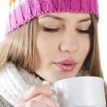 快乐冬天喝着热茶的美丽女孩 — 图库照片