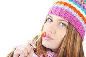 冬の美しい少女のキャンディーをなめる — ストック写真
