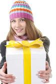 Winter mädchen mit geschenkschachtel, geschenk — Stockfoto