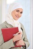Muslimische caucasian studentin mit notizbuch und stift — Stockfoto