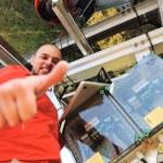 Ingeniero que trabaja con el ordenador portátil instalación de paneles solares — Foto de Stock