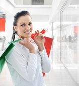 Mulher com sacos de compras no shopping — Foto Stock