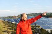 太陽電池パネルのフィールドで男性労働者 — ストック写真