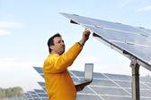 太陽電池パネルで働く若い専門家 — ストック写真