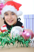 Gelukkig meisje met kerst aanwezig dozen — Stockfoto